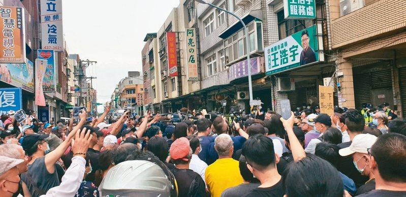 王浩宇服務處上月被抗議,一個多月後「罷王」團體決定今天到中選會送罷免王浩宇提議書。本報資料照片