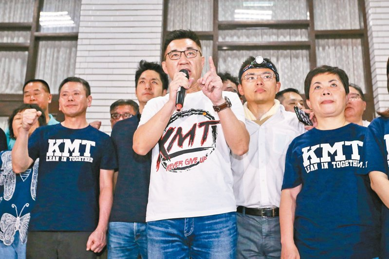 國民黨主席江啟臣(中)呼籲蔡總統別將大手伸入立法院。圖/聯合報系資料照片