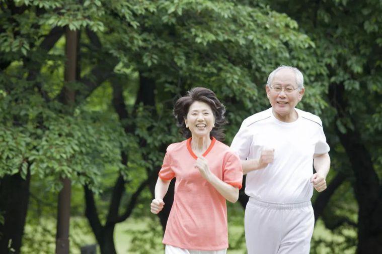 ▲物理治療師詹立德建議患者可輔以居家運動或保健方法,放鬆身體。 圖/shutte...
