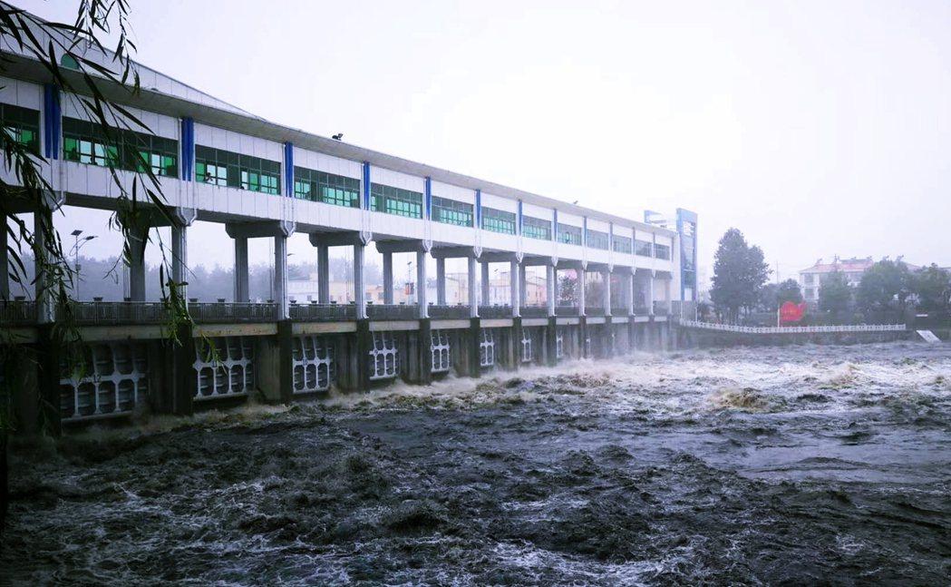 安徽省王家壩開閘。 圖/微博