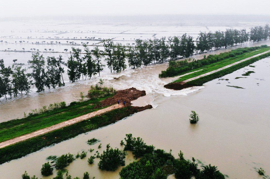 圖為滁河爆破堤防洩洪。 圖/新華社