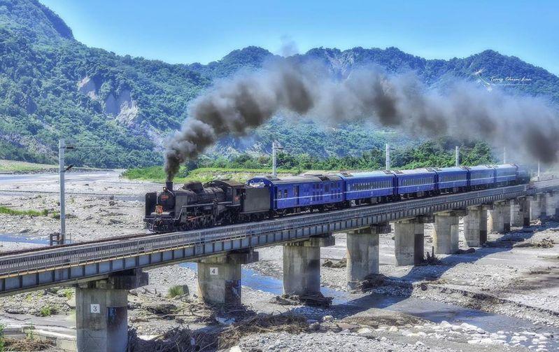 奮力冒著煙、行經鹿野溪橋的臺鐵CT270型蒸汽火車。圖/IG@chien_lan授權