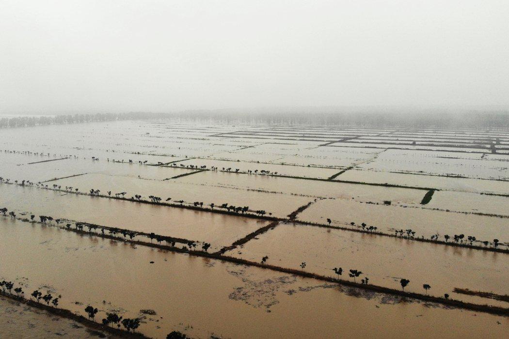 圖為19日安徽滁河實施爆破泄洪,荒草三圩蓄滯洪區。 圖/新華社