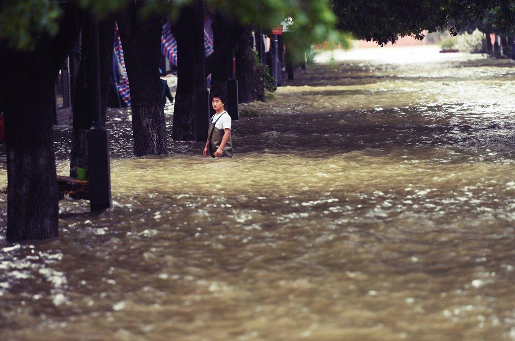 19日,安徽巢湖中廟景區被湖水淹沒。 圖/中新社