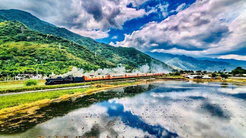 在晴朗的天氣加持下,台東專屬的綺麗風景與「仲夏寶島號」一併入鏡。圖/IG@fengyangtw授權
