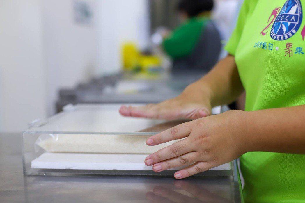 手作工坊的身心障礙學員,有的分裝米、有的打標,自成「後天手足」,將農產品進行後製...