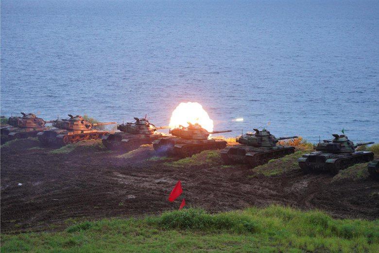 澎湖防衛指揮部於五德實彈射擊訓練場進行火砲實彈射擊。 圖/澎防部