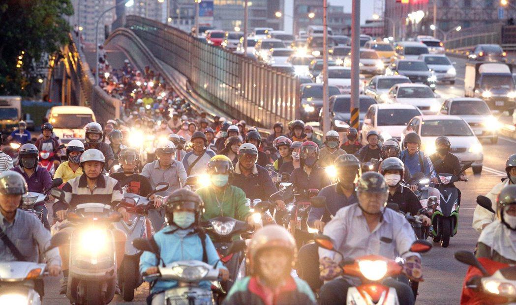 如果有改善空汙的決心,更應看重交通運具政策,多管齊下才有助於改善空汙。 圖/聯合報系資料照