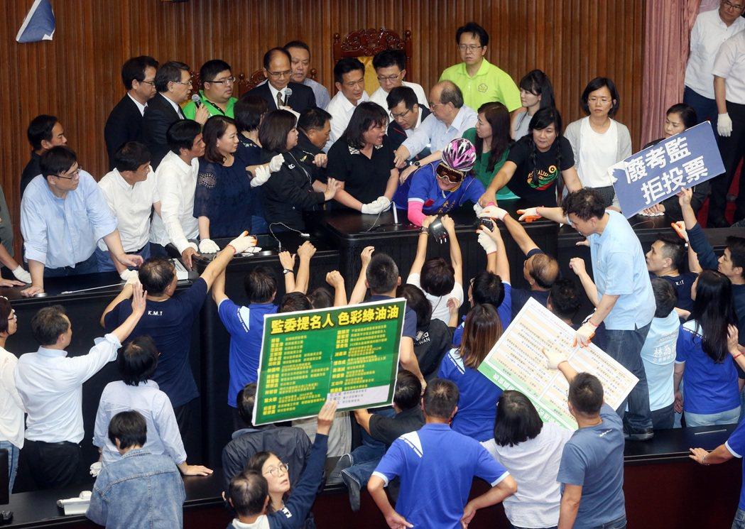 為反對總統提名陳菊出任監察院長,國民黨立委日前搶占議場主席台,並舉出「廢考監、拒投票」等標語。 圖/聯合報系資料照
