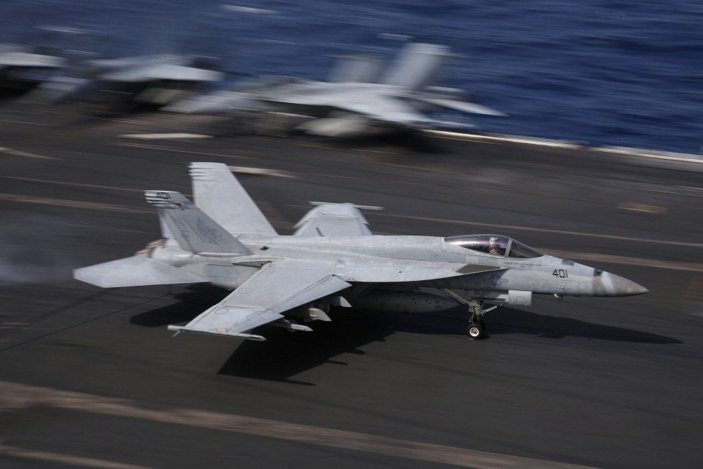 F/A-18「超級大黃蜂」戰機降落在雷根號航空母艦。 圖/美聯社