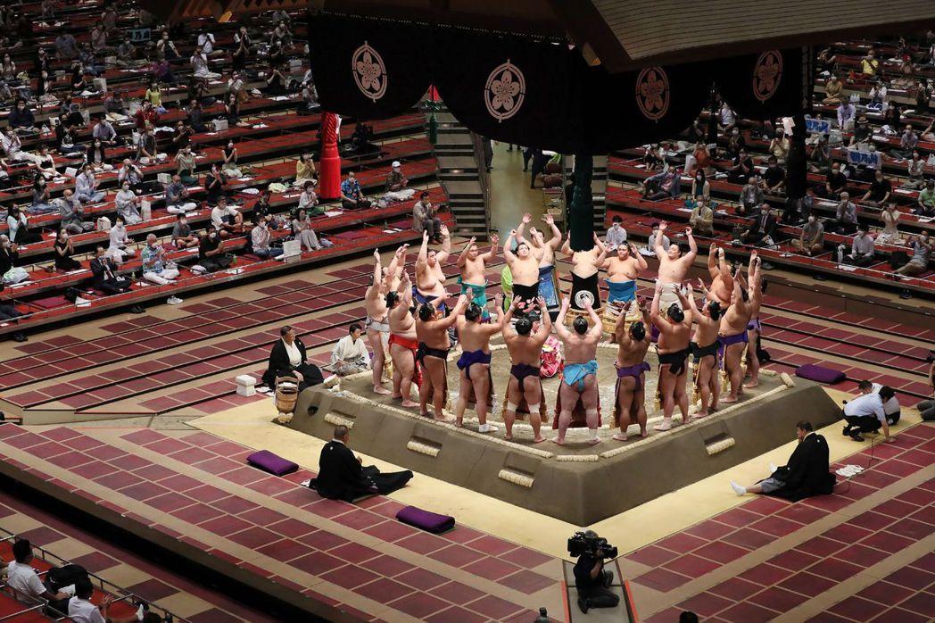 日本大相撲「七月場所」,也在7月19日正式展開,每日開放2,500名觀眾入場。這...