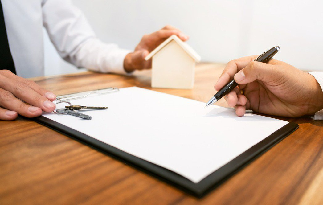 一般租房通常都須事先繳付1、2個月的押金、簽好合約,房東才會將鑰匙交給租客。示意...