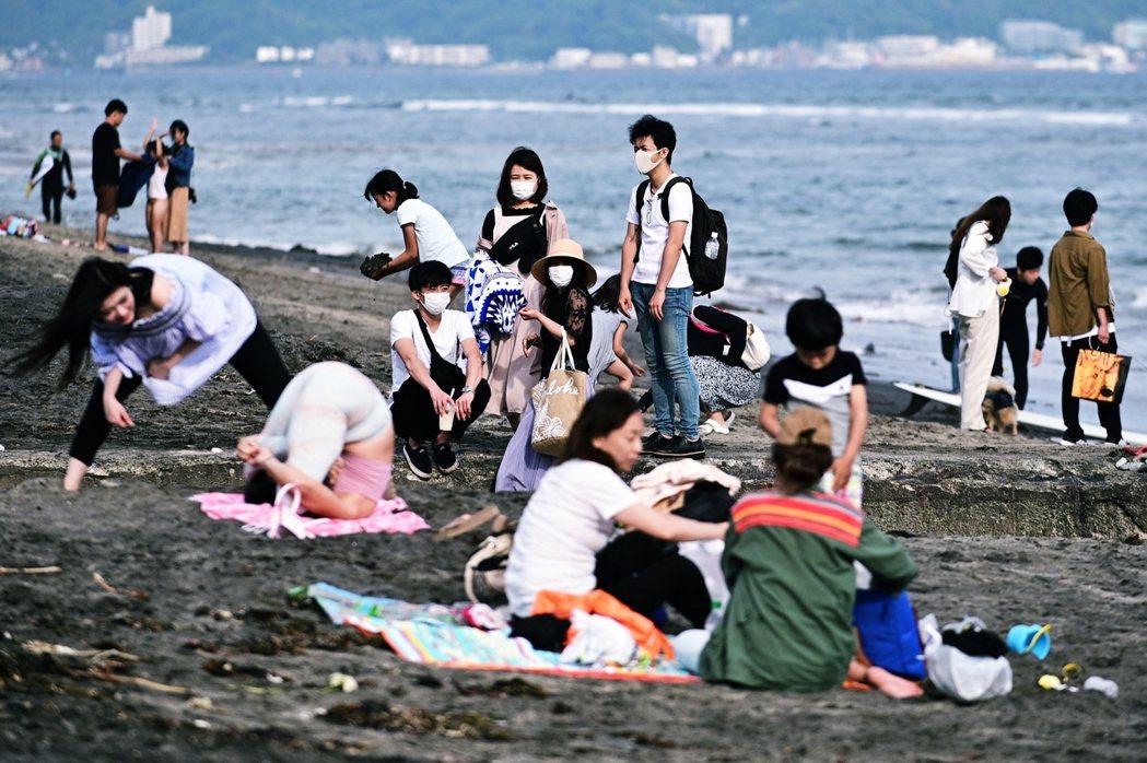 對日本政府而言,過多的限制都會讓好不容易漸漸恢復的經濟活動,再度陷入死局,該如何...