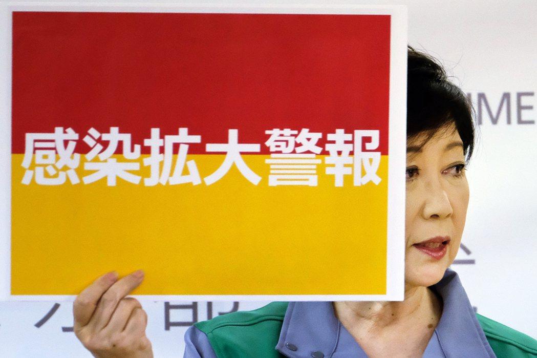 圖為7月15日針對東京疫情擴大發出警報的小池百合子。雖然小池認為中央政府缺乏有效...