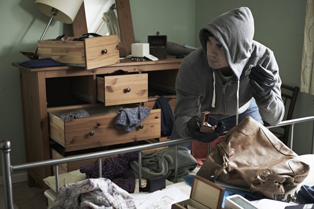 日防夜防家賊難防,一名網友在PTT上表示,因為找不到室友所以在網路上找了一個,殊...