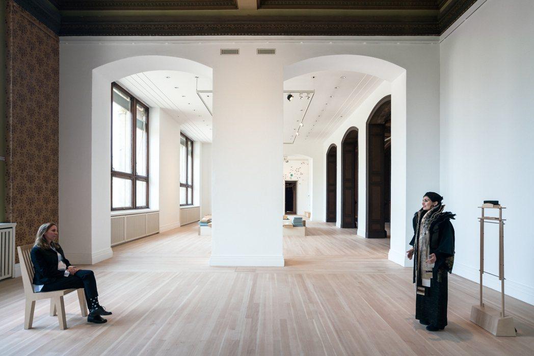 配合防疫,美術館在作品《聲之綻》的兩端(觀眾與表演者)之間隔一片壓克力板。 圖/...