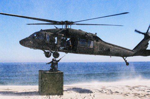 圖為美軍UH-60黑鷹直升機。1990年代,索馬利亞陷入嚴重內戰。1993年索馬...
