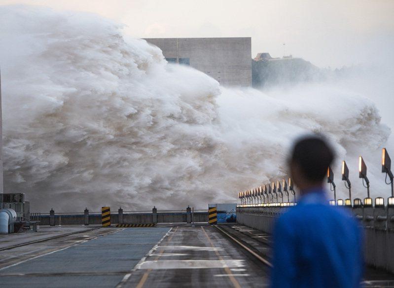 中國南方暴雨成災,三峽水庫的入庫流量已達今年入汛以來最高值,三峽工程防洪能力受到質疑。 新華社