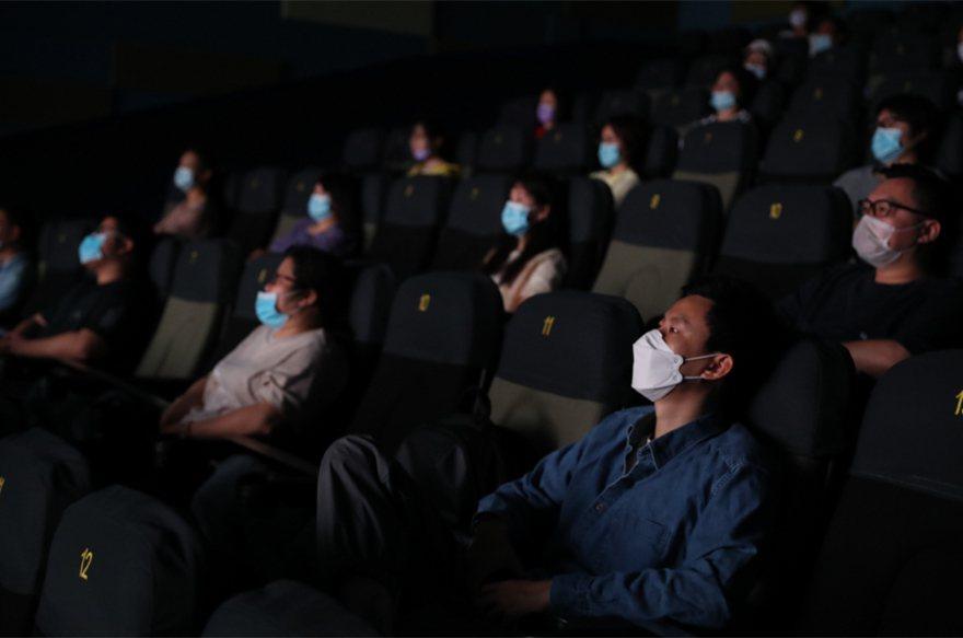 上海市天山電影院1號放映廳的27位觀眾見證疫情後上海電影的「重啟」。圖為影迷觀看