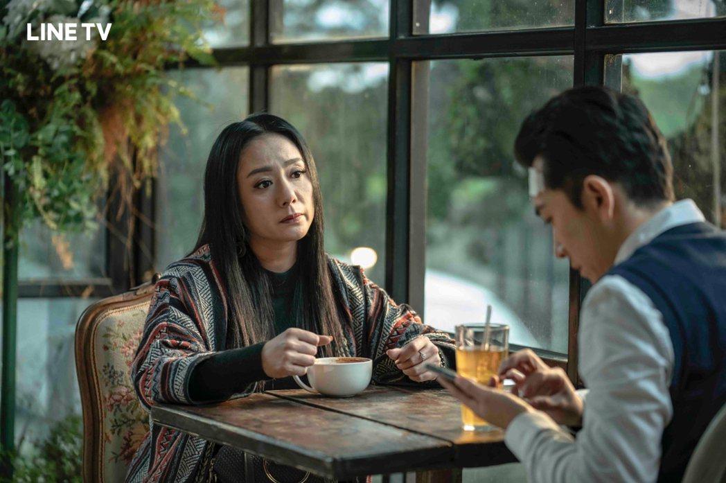 高慧君(左)在「黑喵知情」與男主角施名帥有對手戲,說服他不要抗拒與動物溝通的天賦