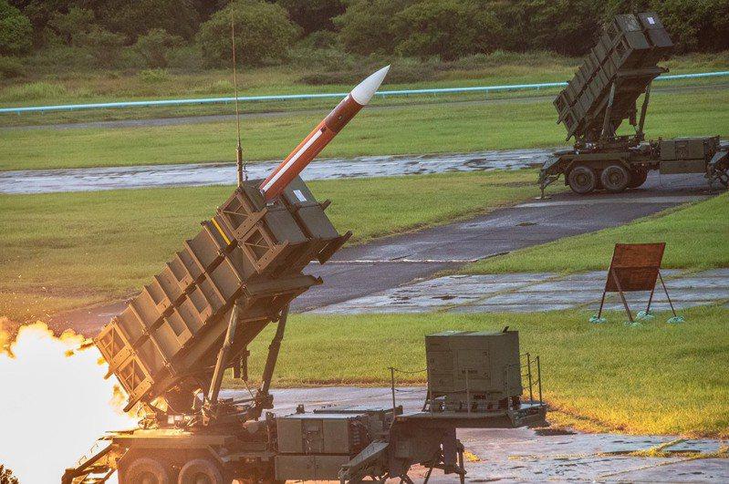 109年度國防部預算案,空軍確實在「後勤及通資業務預算」,編列有「辦理『辦理愛國者系統附屬裝備維護』、『愛國者二型飛彈(如圖)重鑑測暨壽限件更換』及『愛國者三型飛彈發射架暨飛彈野戰技協代表維持』等各式飛彈維護所需軍事裝備設施養護費」預算,額度為18億4489萬5000元,屬於非軍投案的作業維持費。圖/國防部提供