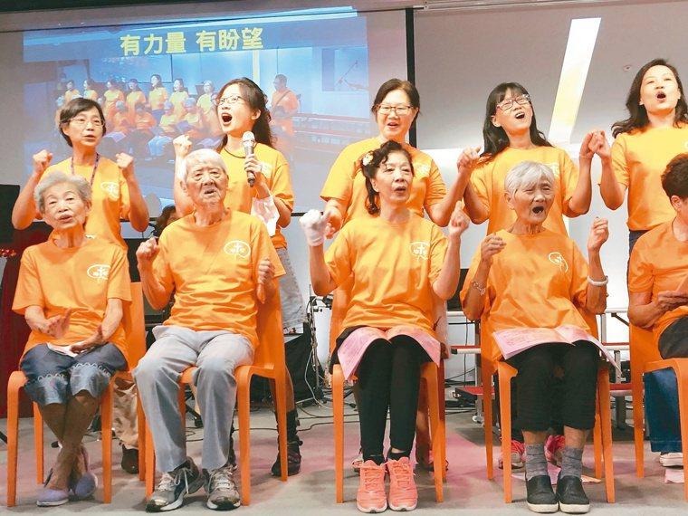 失智者和家屬合組的「甘泉咖啡坊詩班」表演詩歌,演出精彩,觀眾說分不出誰是失智者。...