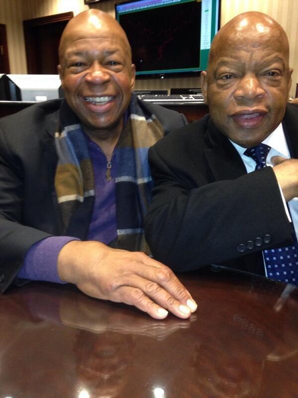 美國已故非裔眾議員康明斯(左)和路易斯(右)。取自推特(@IAmStatMatt...