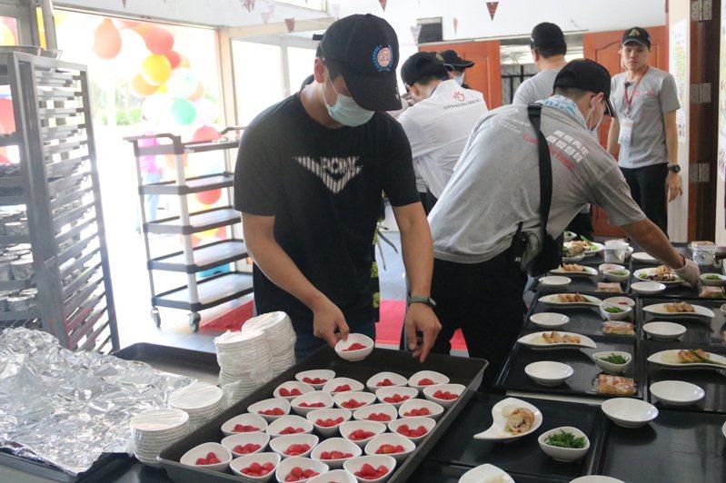 弘光科大環台義煮,學生端出原民豐年祭美食套餐。圖/弘光科大提供