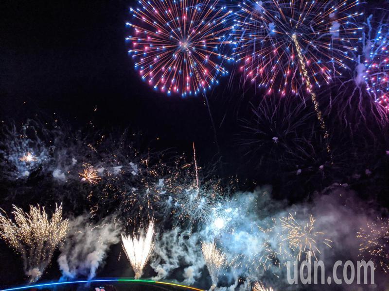 2020澎湖國際海上花火節,今年吸引大批遊客,塞爆澎湖。圖/聯合報系資料照片