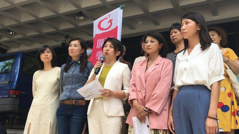 立委范雲(中)在律師賴芳玉(左一)等人陪同下,到台北地方法院提民事訴訟,要求陳雪生賠償50萬元。記者林孟潔/攝影
