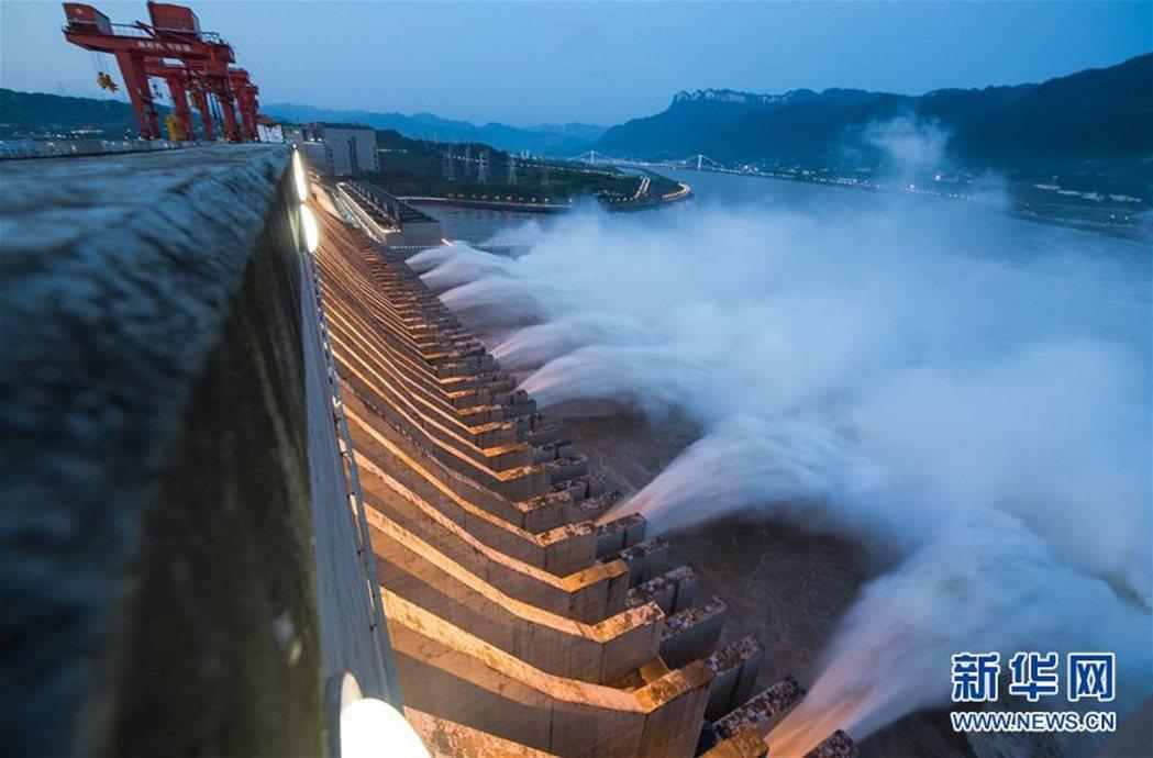 7月9日傍晚,三峽大壩開啟洩洪深孔洩洪。圖/新華社