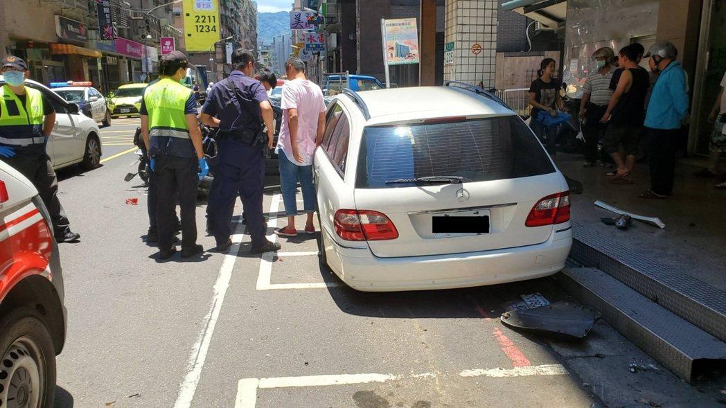 張姓男子疑誤把油門當煞車,停車變成暴衝,撞倒不少車輛,還導致一名機車騎士受傷送醫...