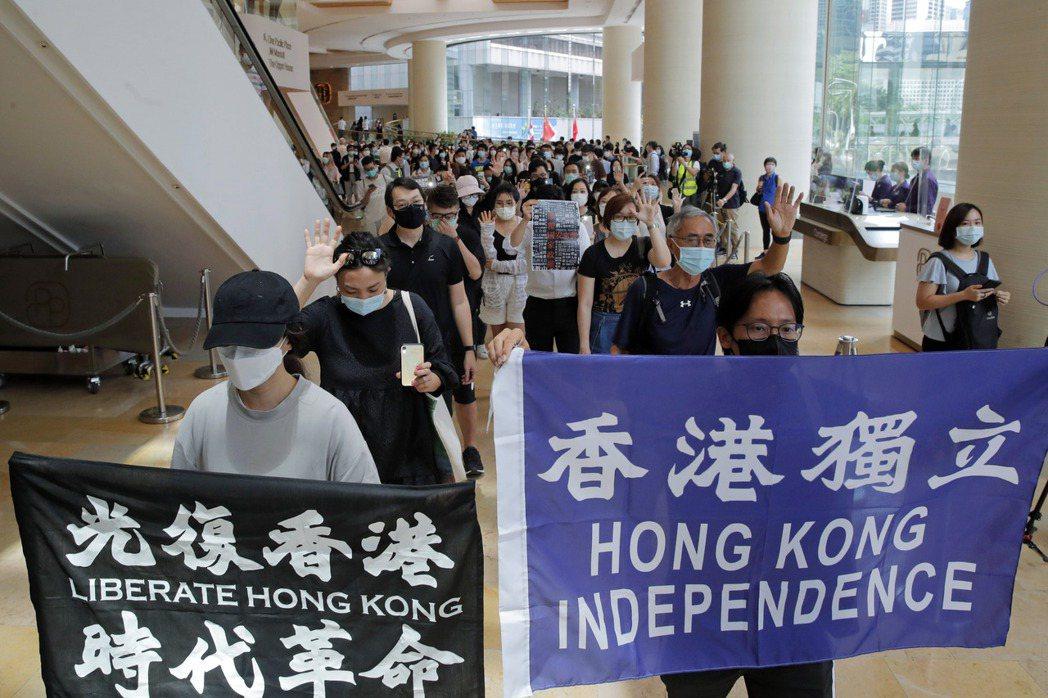 知情人士透露,全球銀行正在檢視香港客戶是否參與了本地的民主活動。美聯社