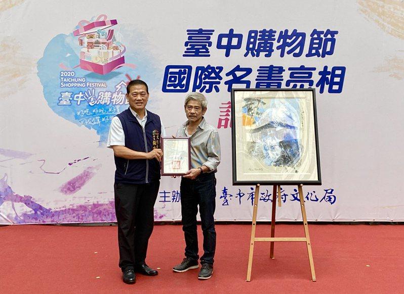 台中市文化局長張大春(左)感謝藝術家廖本生提供的《黑白.經緯20F-03》。記者宋健生/攝影