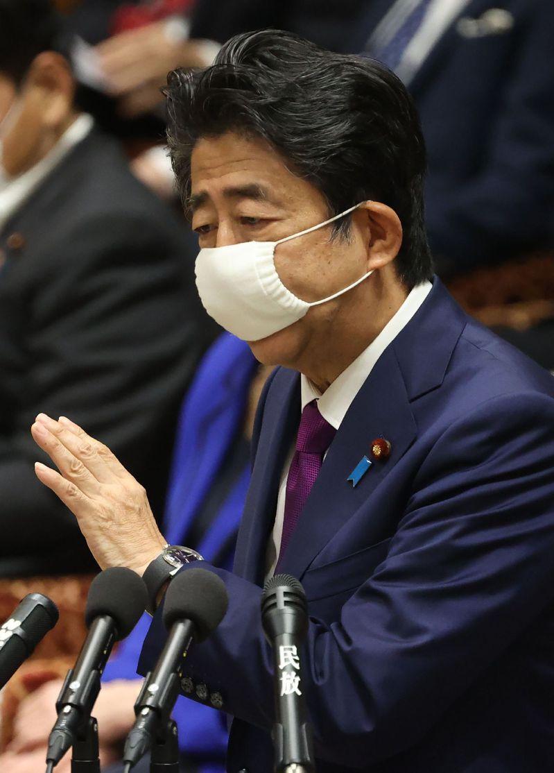 日本首相安倍晉三佩戴「安倍口罩」。(法新社)