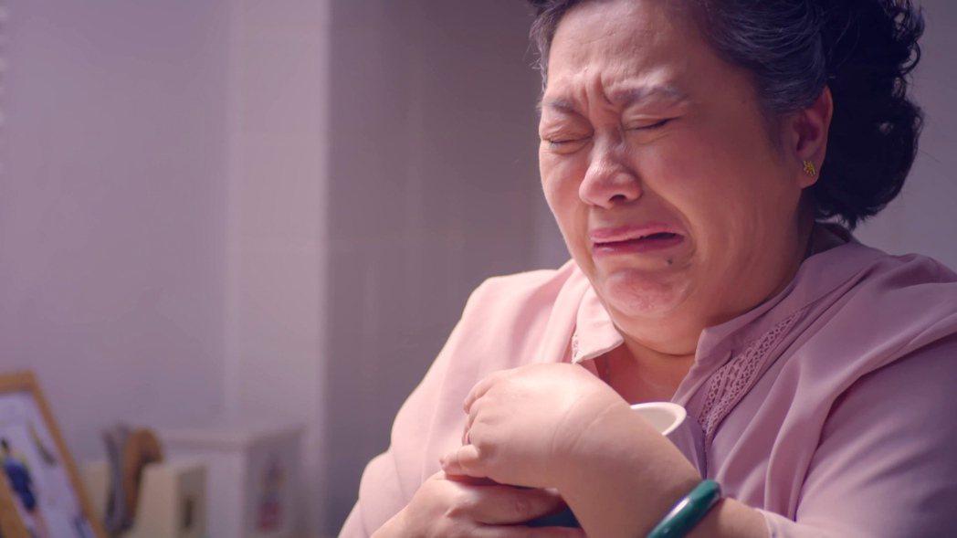 鍾欣凌抱著過世的小兒子許孟哲準備的杯子痛哭。圖/公視提供
