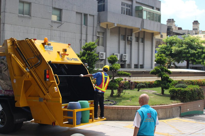 鹿港龍山寺捐給鹿港鎮公所第一輛電動壓縮式垃圾車,未來將在市區服務。記者林敬家/攝影