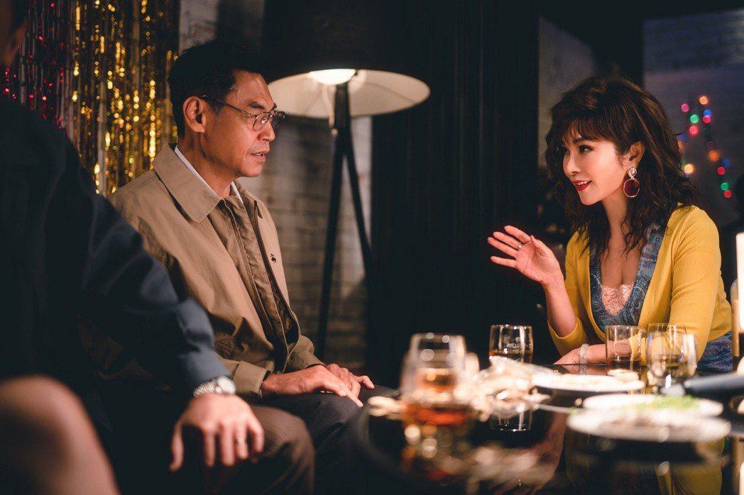 夏靖庭(左)在卡拉OK遇到陳美鳳,一見鍾情。圖/民視提供