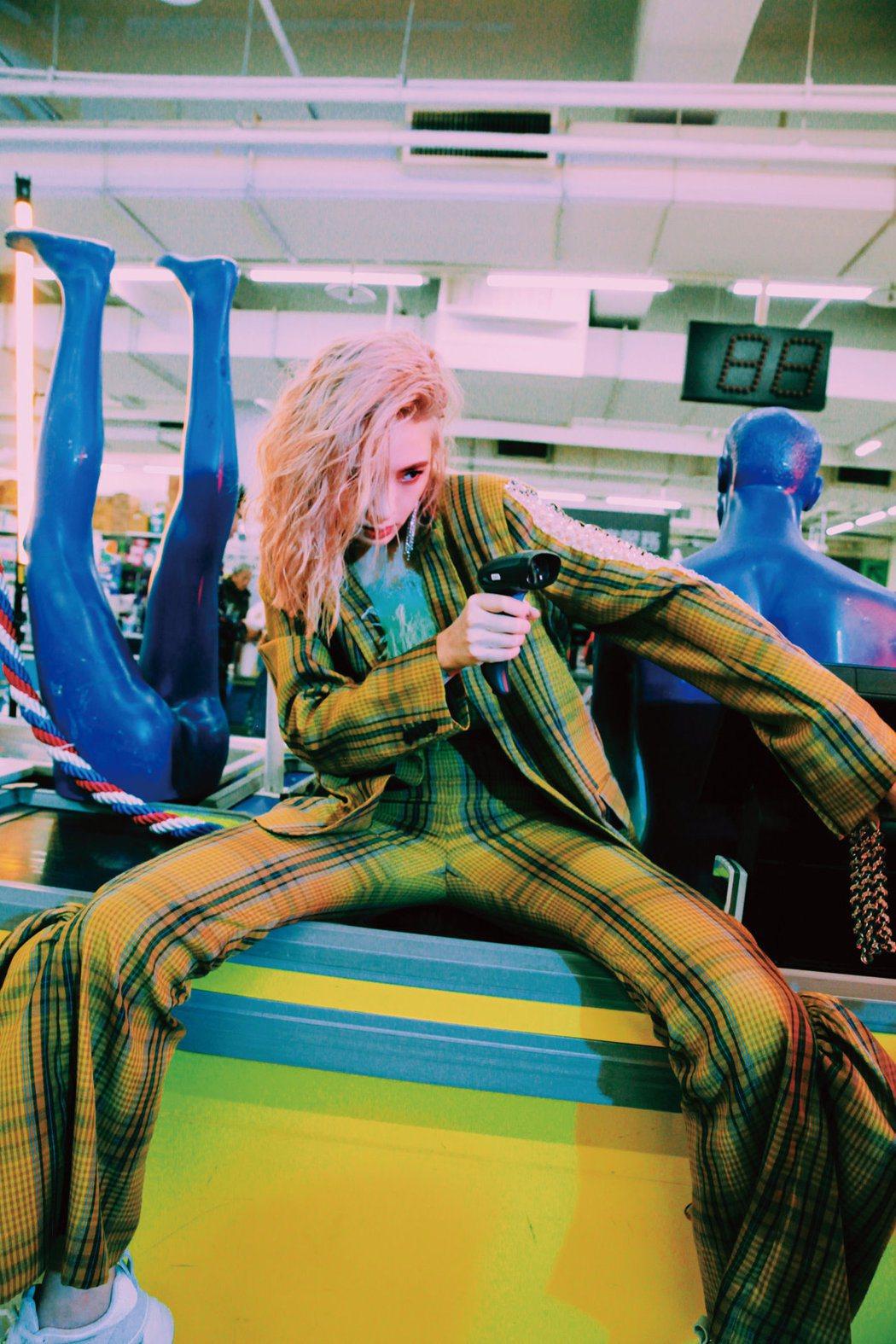 安心亞推出新專輯「愛得起」。圖/環球音樂提供