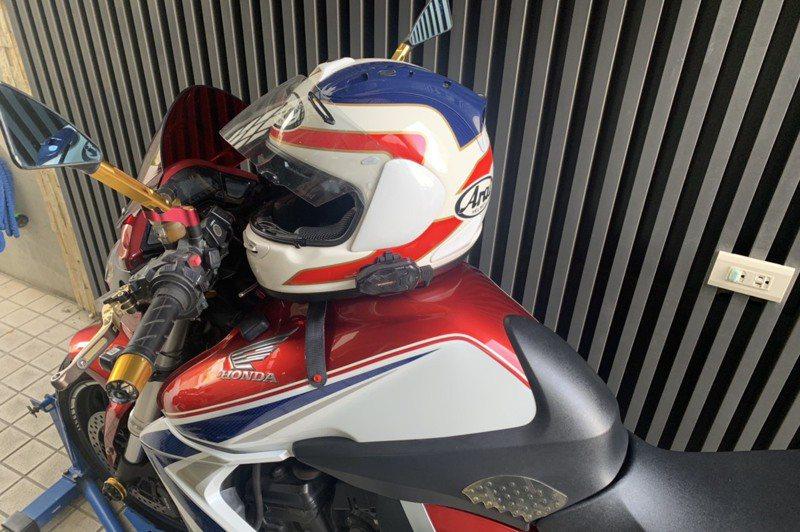 越來越多機車騎士在安全帽加裝藍芽耳機、行車紀錄器,因內含鋰電池,恐有安全疑慮。記者陳雅玲/攝影
