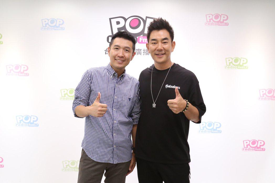 任賢齊(右)接受DJ俊菖訪問。圖/POP Radio提供