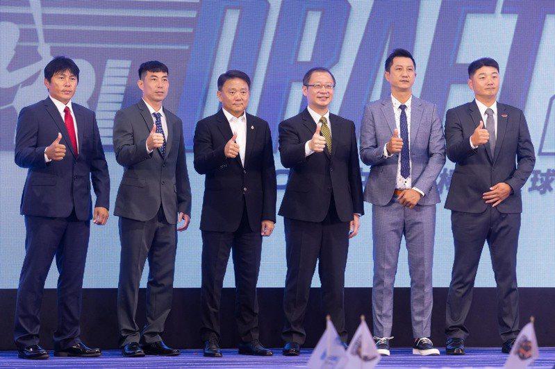 中職選秀今天登場,聯盟會長吳志揚與五隊總教練會前合照。記者季相儒/攝影