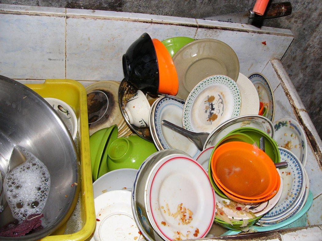 網友認為,下班已經很累了,回家另一半若連洗個碗都不幫忙的話真的會超怒,因此主張「...