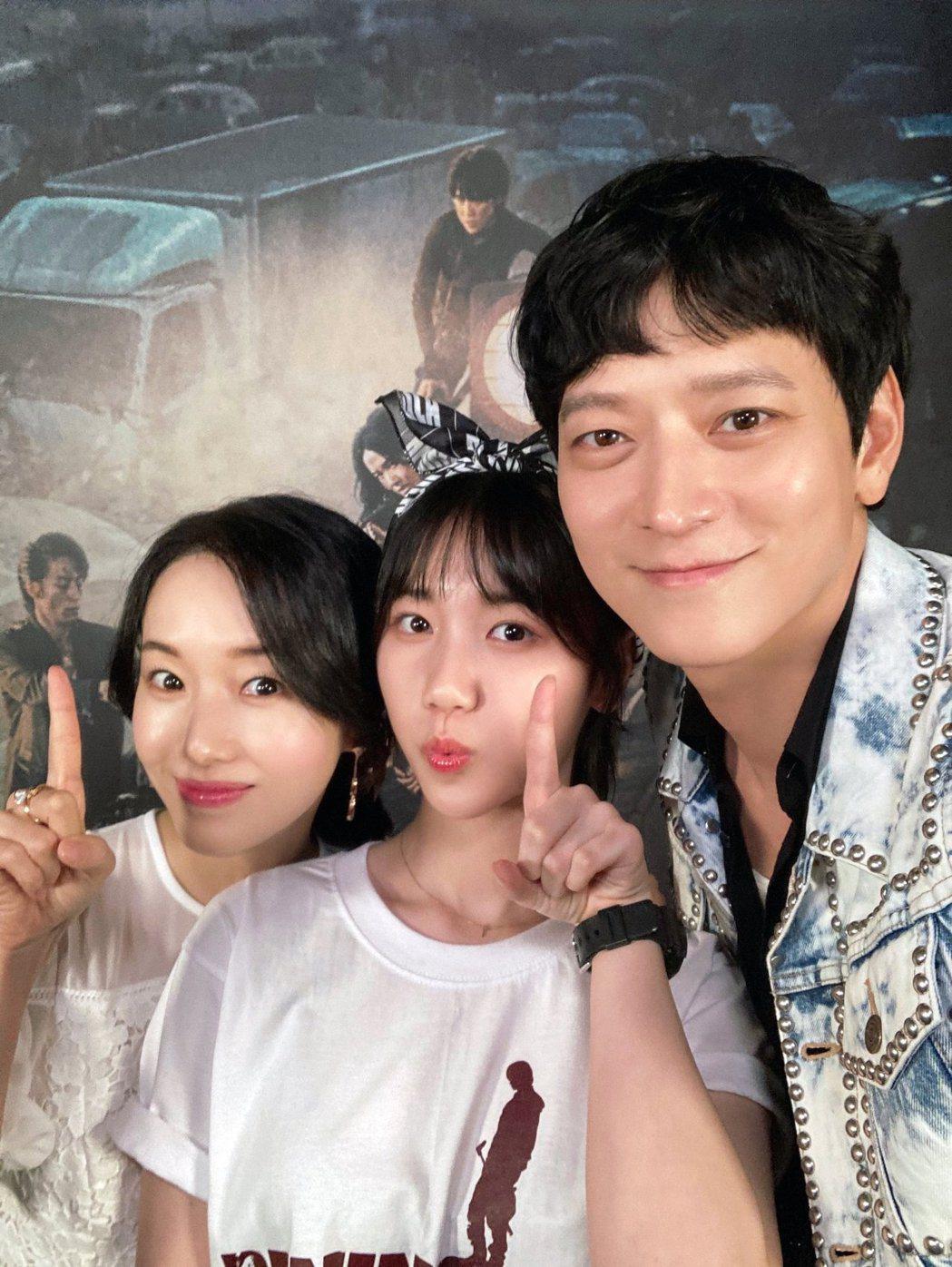 左起李貞賢、李蕊、姜棟元為宣傳電影可愛自拍。圖/車庫娛樂提供