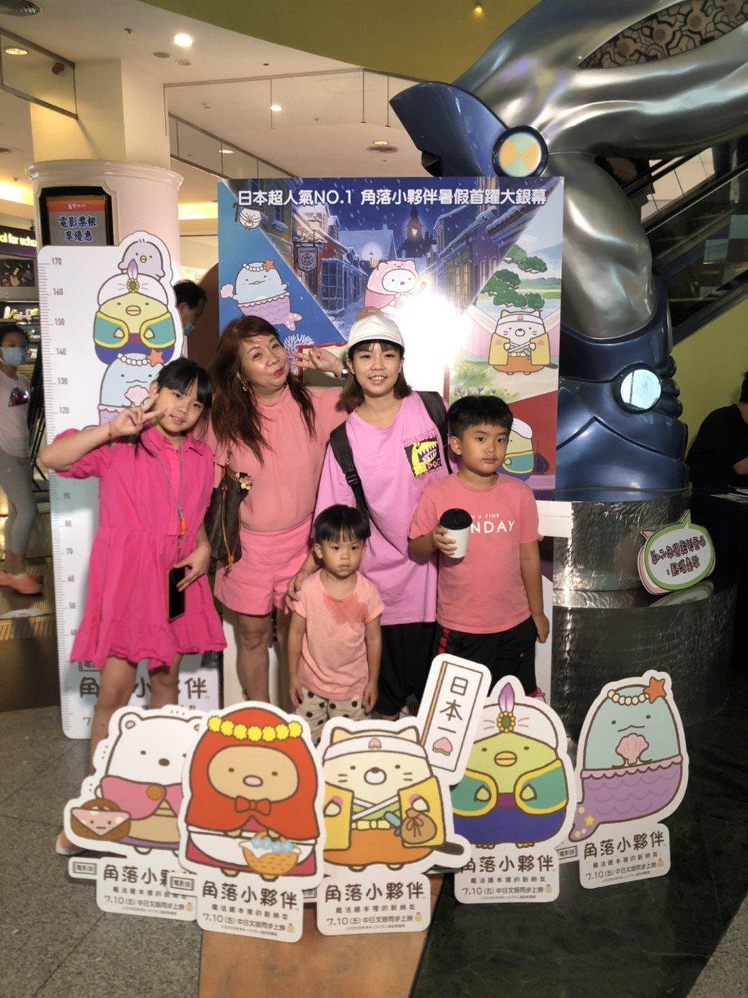 萁萁與萁媽全家大小一起來欣賞「角落小夥伴電影版」。圖/威視提供