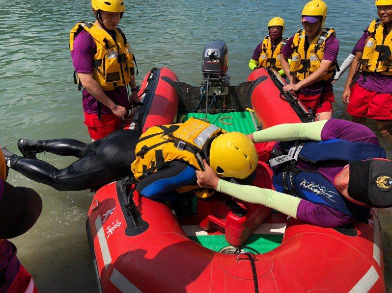 桃園市消防局訓練橡皮艇救人技巧,加強穩定操作及翻覆自救等技能。記者鄭國樑/翻攝