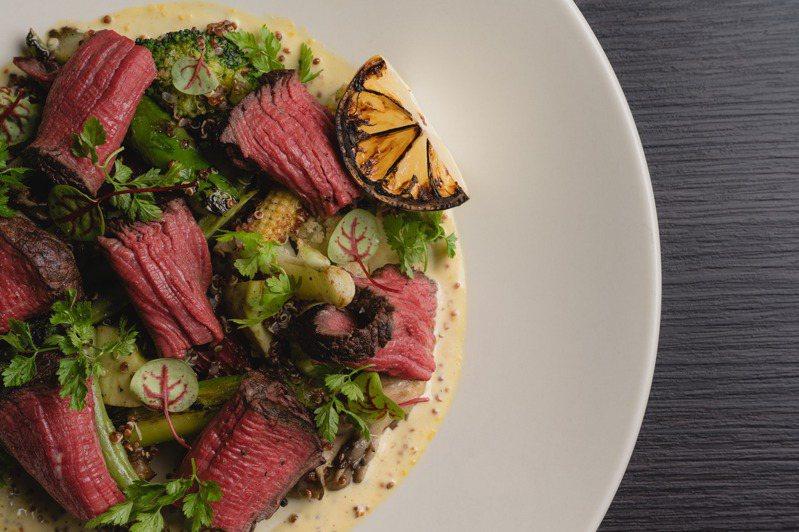 wildwood於午間所推出「原木燒烤澳洲頂級牛排沙拉」,將菲力搭配白花椰泥、藜麥等蔬菜上桌。圖/wildwood提供