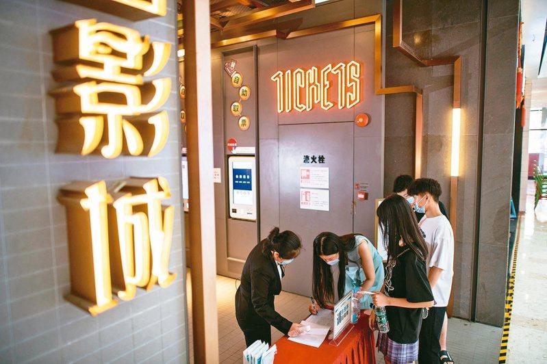 大陸停業半年的電影院20日重新營業。圖為湖北武漢某影城。(新華社)