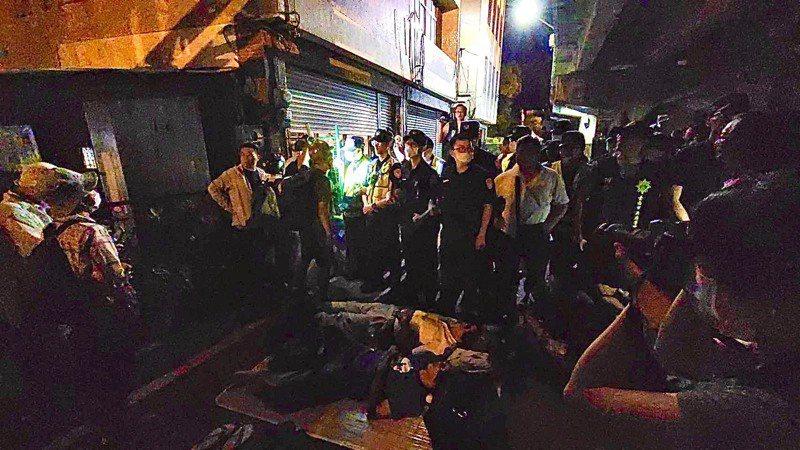 反南鐵東移陳抗團體昨晚到拒拆戶黃家前聲援,還有人躺在地上。記者黃宣翰/攝影