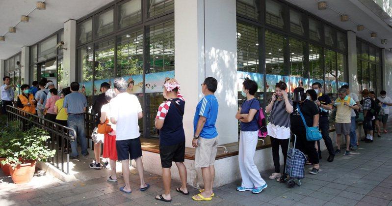 許多民眾在郵局外排隊領取三倍券。 圖/聯合報系資料照片